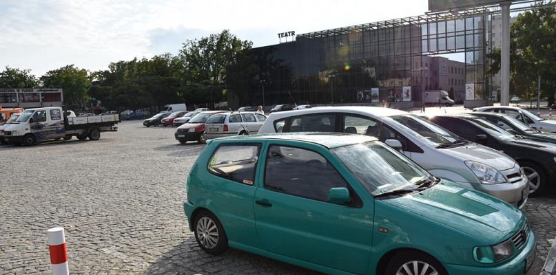 Uwaga! Ograniczenia w parkowaniu na placu przed teatrem - Zdjęcie główne