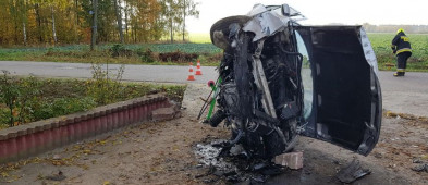 Kobieta zakleszczona w samochodzie po wypadku. Pomogli jej strażacy [FOTO] - Zdjęcie główne