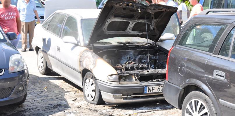 Samochód na parkingu stanął w płomieniach [FOTO] - Zdjęcie główne