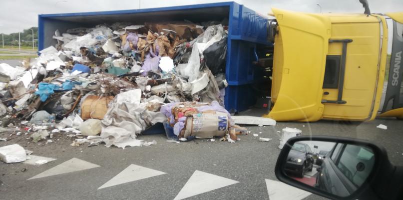 Poranne utrudnienia na obwodnicy. Przewróciła się ciężarówka - Zdjęcie główne