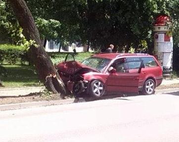 Passat wpadł na drzewo przy Dobrzyńskiej - Zdjęcie główne