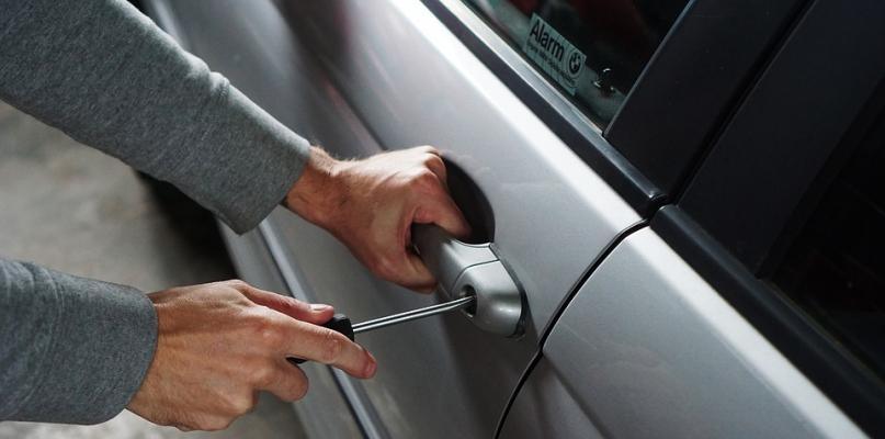 Wypadek, kolizje i kradzież samochodu z posesji - Zdjęcie główne