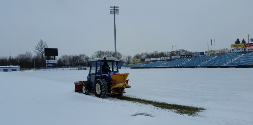 Stadion pod śniegiem. Czy inauguracja ligi jest zagrożona? - Zdjęcie główne