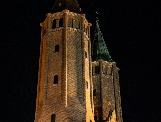 Jedna wieża gotowa. Zobacz różnicę [FOTO] - Zdjęcie główne