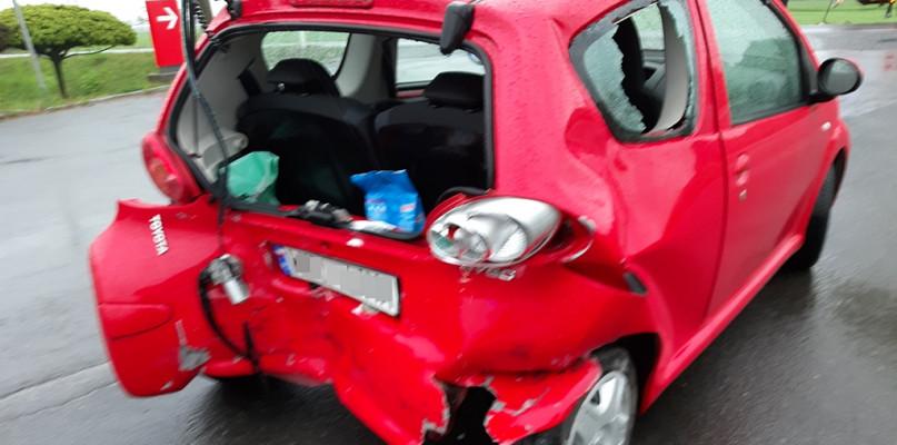 Zderzenie samochodów. Kobieta z obrażeniami ciała trafiła do szpitala - Zdjęcie główne