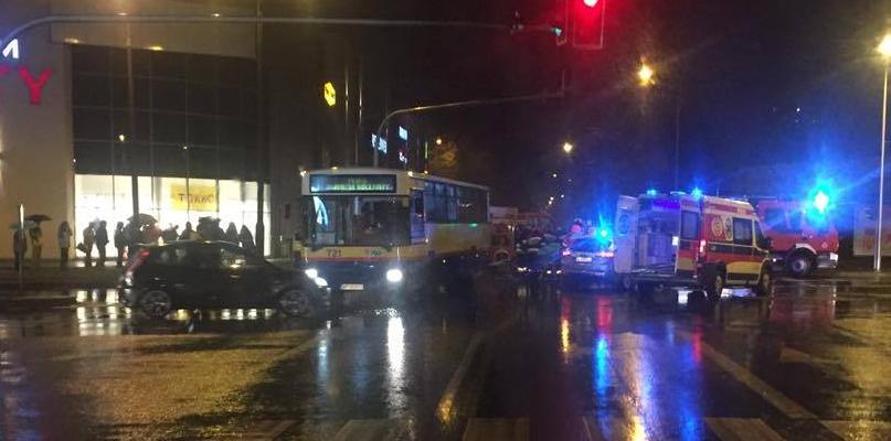 Dwa samochody i autobus zderzyły się przy galerii - Zdjęcie główne