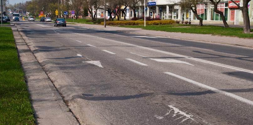 Koleiny i garby na jednej z ważniejszych ulic. Co z remontem? - Zdjęcie główne