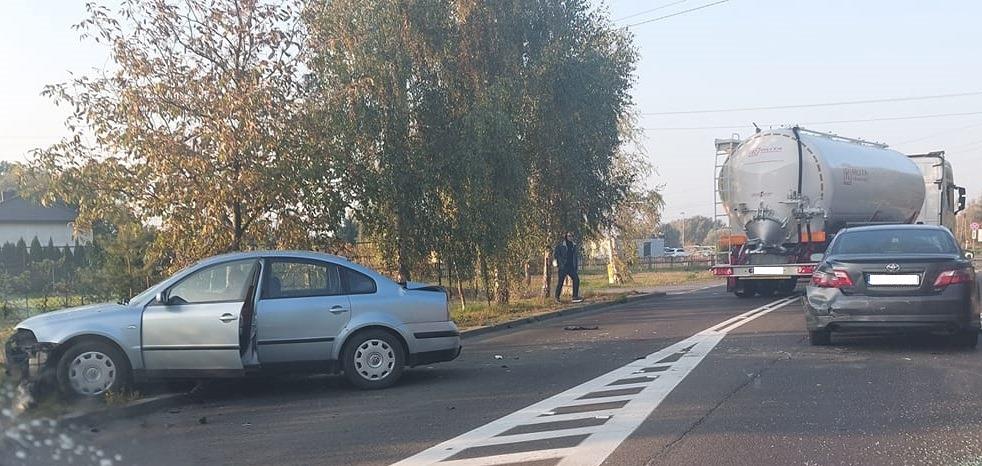 Wypadek z udziałem samochodu ciężarowego i trzech innych aut. Jedna osoba ranna - Zdjęcie główne