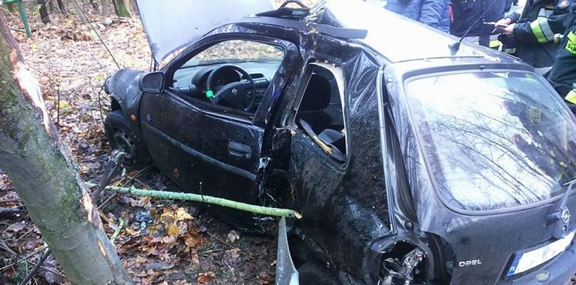 Samochód zjechał z drogi. Uderzył w drzewo [FOTO] - Zdjęcie główne