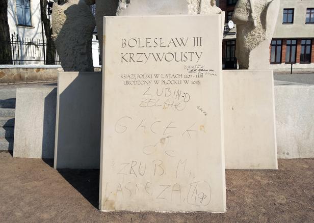 Pomazany pomnik. Policja złapała sprawców - Zdjęcie główne