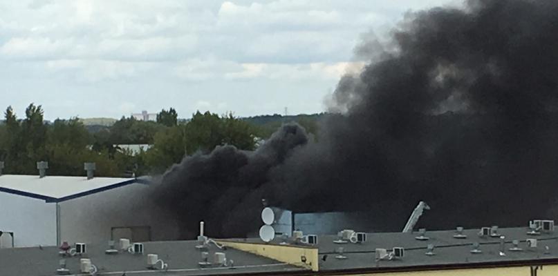 Pożar budynku myjni koło Orlenu. Dwie osoby zostały ranne - Zdjęcie główne