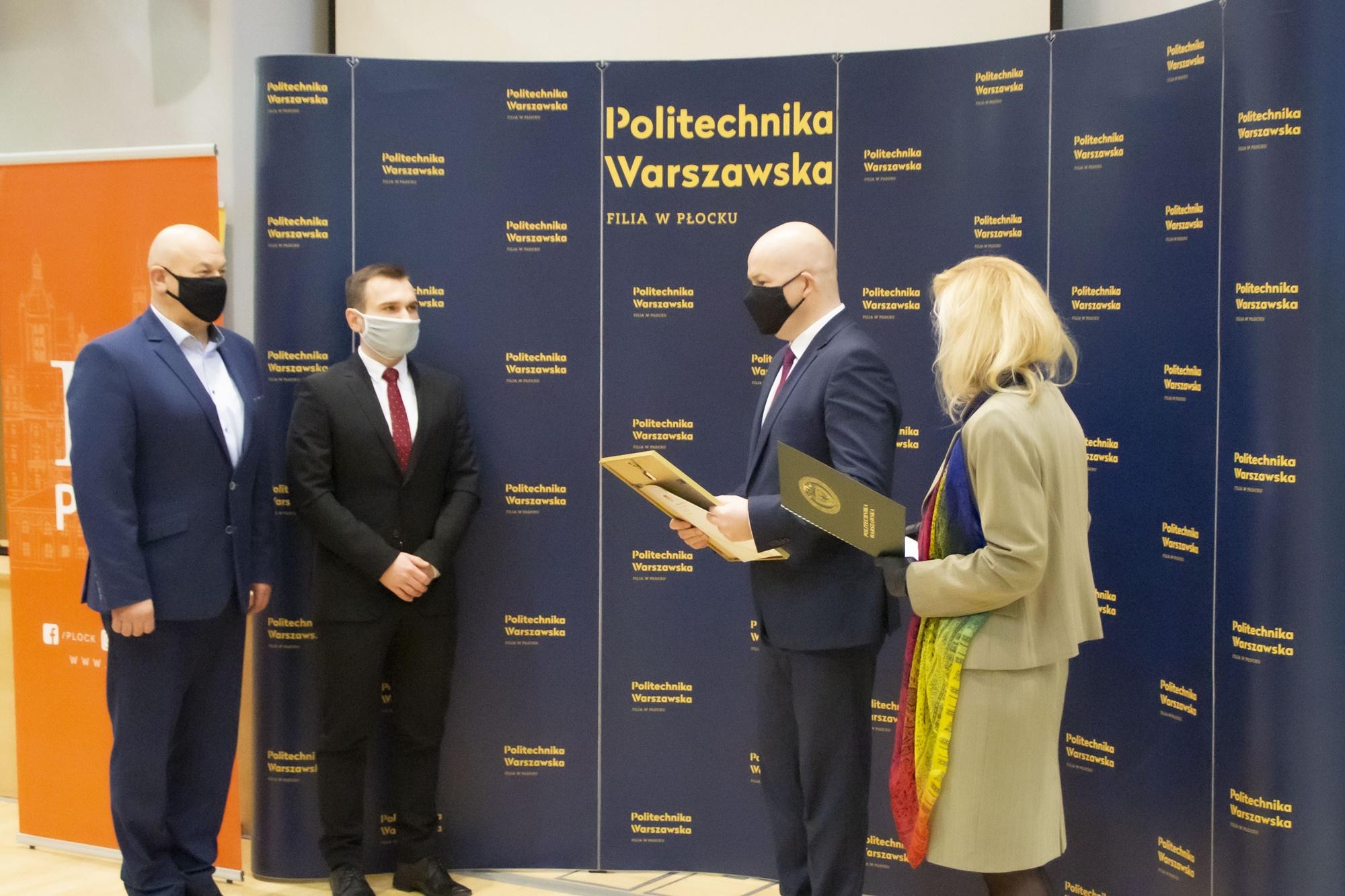 """Wręczono """"Dyplom dla Płocka"""". Doceniono najlepsze prace dyplomowe absolwentów politechniki - Zdjęcie główne"""