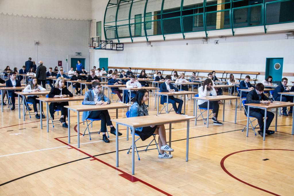 Gimnazjaliści pisali egzamin - Zdjęcie główne