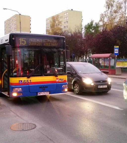 Zderzenie autobusu i toyoty - Zdjęcie główne