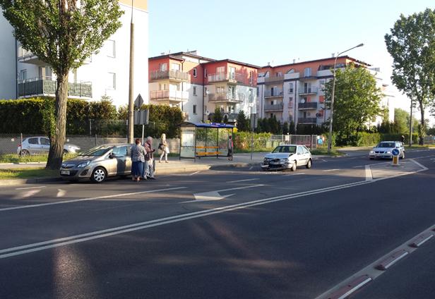 Zderzenie dwóch aut przed pasami [FOTO] - Zdjęcie główne