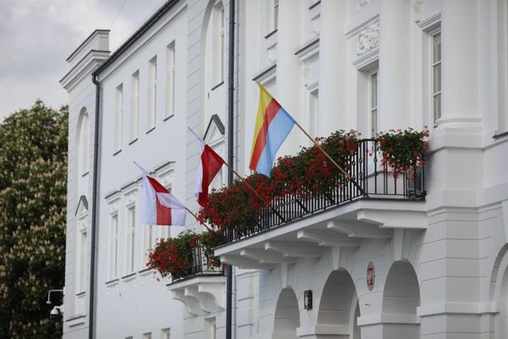Płock popiera. Nowa flaga na budynku ratusza - Zdjęcie główne