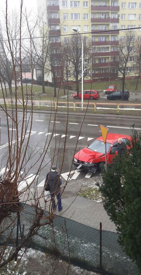 Zderzenie autobusu z autem osobowym. Starszy mężczyzna ukarany mandatem  - Zdjęcie główne