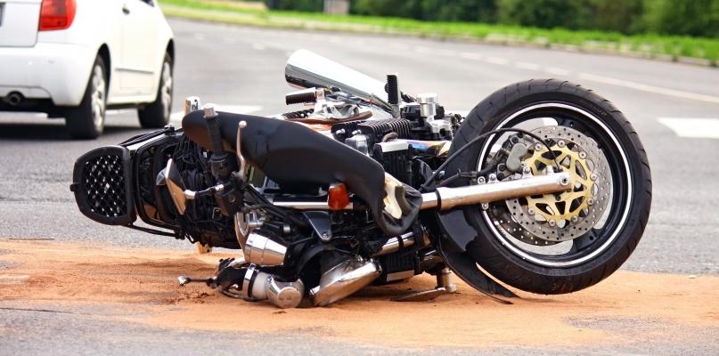 Wypadek z udziałem motocyklisty. Mężczyzna w szpitalu - Zdjęcie główne