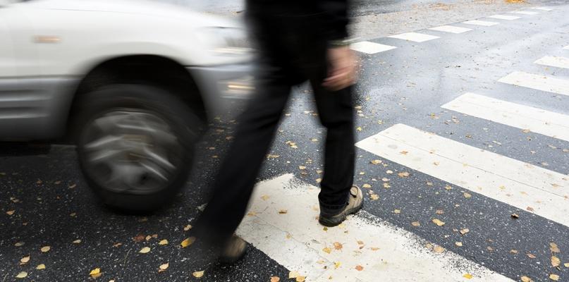 Pieszy wyszedł zza autobusu prosto pod koła samochodu - Zdjęcie główne