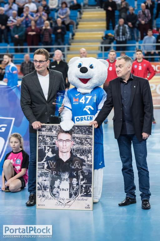 Krzysztof Kisiel pożegnany, Daszek z nagrodą - Zdjęcie główne