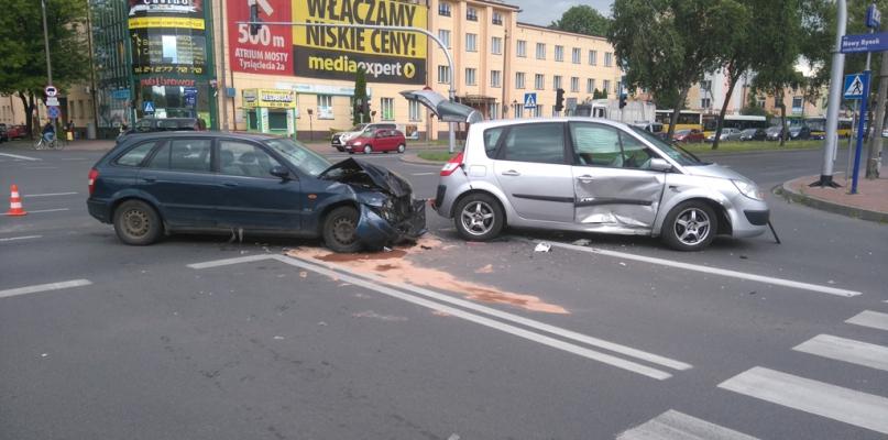 Zderzenie samochodów na skrzyżowaniu w centrum - Zdjęcie główne