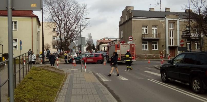 Zderzenie aut na skrzyżowaniu w centrum [FOTO] - Zdjęcie główne