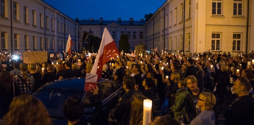 Niedzielny protest przed sądami w Płocku [FOTO, WIDEO] - Zdjęcie główne