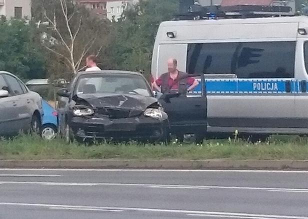 Trzy auta zderzyły się na rondzie [FOTO] - Zdjęcie główne