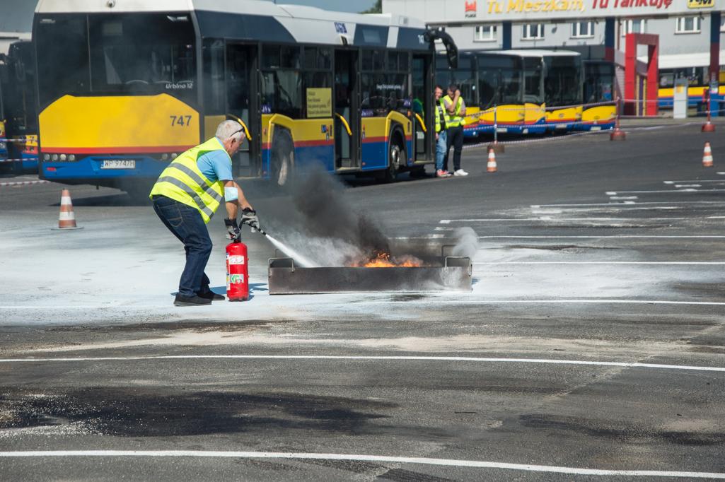 Płonący autobus, okazały tort i kranówka. Piknik urodzinowy KM Płock [ZDJĘCIA] - Zdjęcie główne