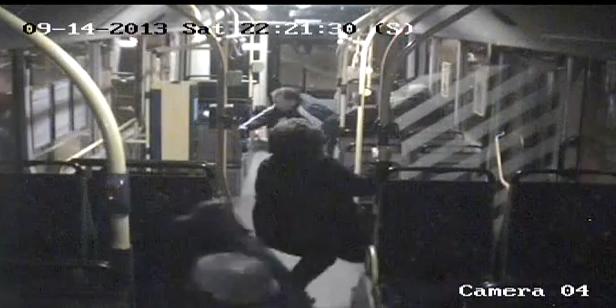 Wypadek: auto wpadło pod autobus,są ranni - Zdjęcie główne