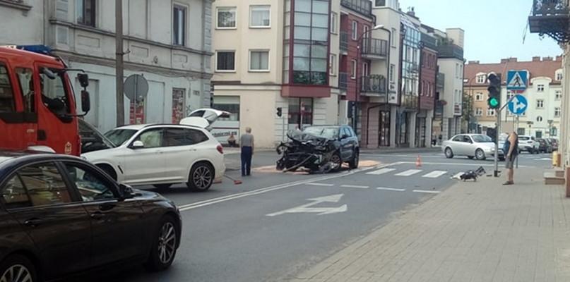 Zderzenie samochodów w centrum miasta. Są utrudnienia [FOTO] - Zdjęcie główne