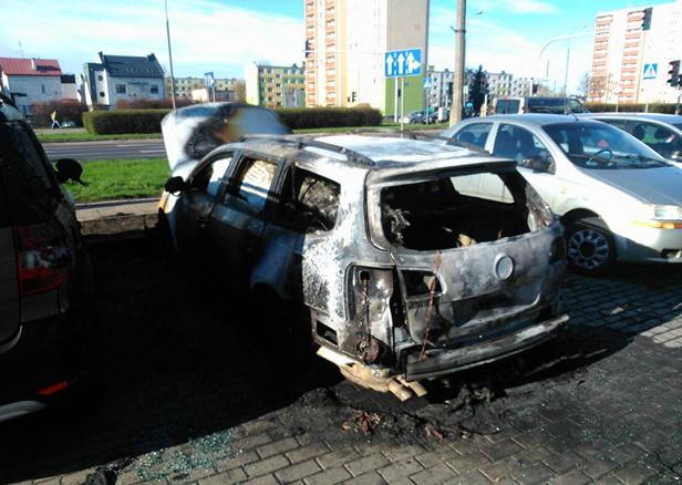 Na parkingu paliły się samochody [FOTO] - Zdjęcie główne