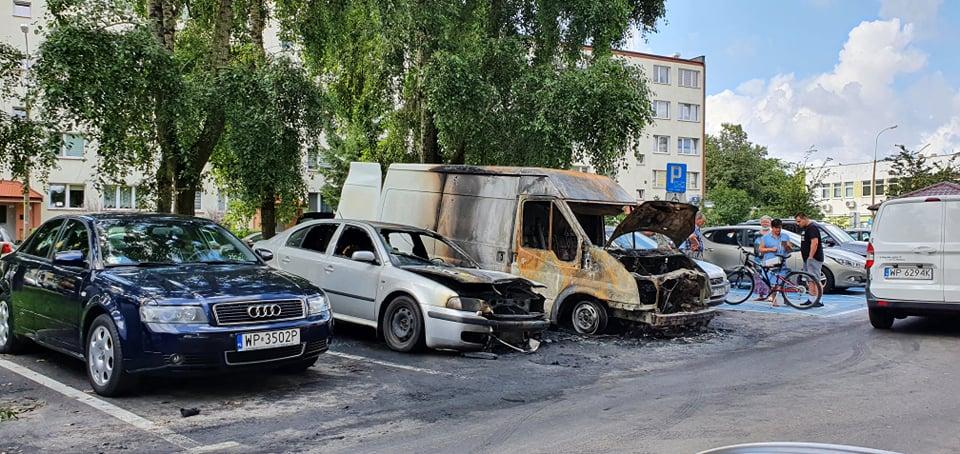 W nocy spłonęło kilka aut na osiedlu Łukasiewicza  - Zdjęcie główne