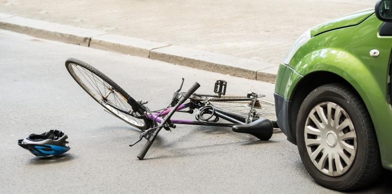 Rowerzysta chciał wymusić pierwszeństwo. Zderzył się z autem - Zdjęcie główne