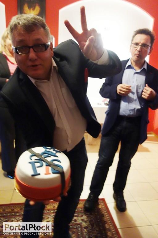 Opozycja z urodzinowym tortem dla PiS - Zdjęcie główne