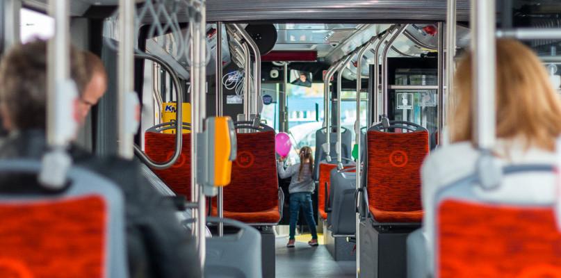 Segregowanie śmieci z polityką w tle? Wszystko z powodu komunikatu w autobusach - Zdjęcie główne