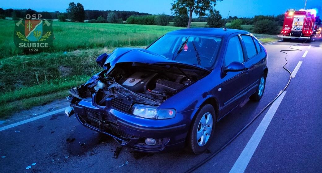 Wypadek za Płockiem. Samochód osobowy zderzył się z ciągnikiem rolniczym [ZDJĘCIA] - Zdjęcie główne