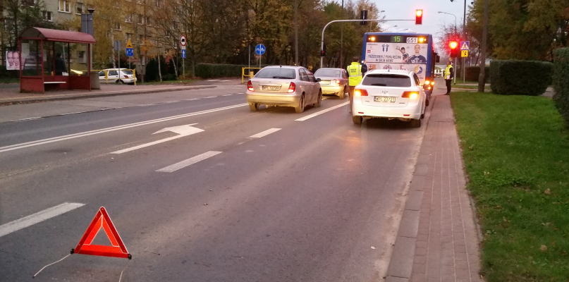 Autobus i toyota zderzyły się przy szkole - Zdjęcie główne