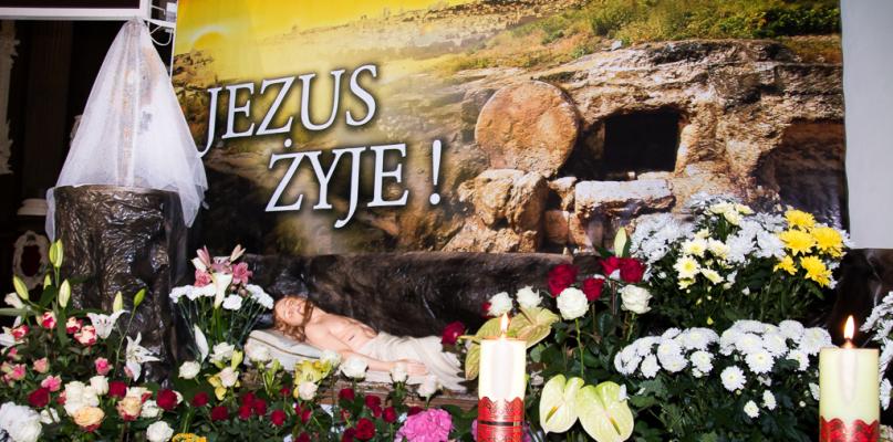 Groby Pańskie. Godła Polski i flagi państw obok krzyża [FOTO] - Zdjęcie główne