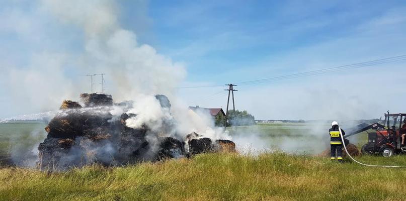 Pożar bel siana pod Płockiem [FOTO] - Zdjęcie główne