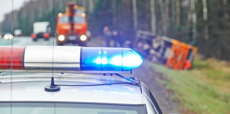 Uderzył samochodem w drzewo. Trzy osoby w szpitalu - Zdjęcie główne