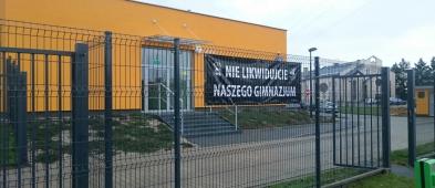Na ogrodzeniu szkoły powiesili czarny transparent - Zdjęcie główne