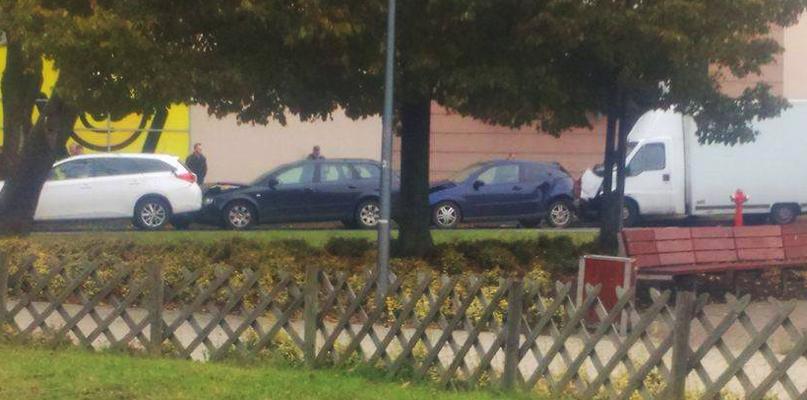 Karambol. Cztery samochody zderzyły się przy galerii Mosty [AKTUALIZACJA] - Zdjęcie główne