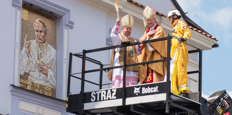 Kardynał Stanisław Dziwisz odsłonił mozaikę w Płocku [FOTO] - Zdjęcie główne