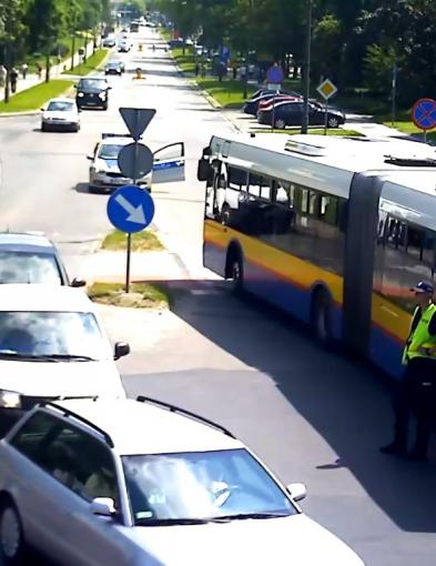 Zderzenie autobusu z samochodem. Pasażerowie w szpitalu - Zdjęcie główne