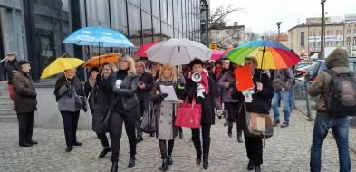 Tłum kobiet z transparentami ruszył przez miasto - Zdjęcie główne