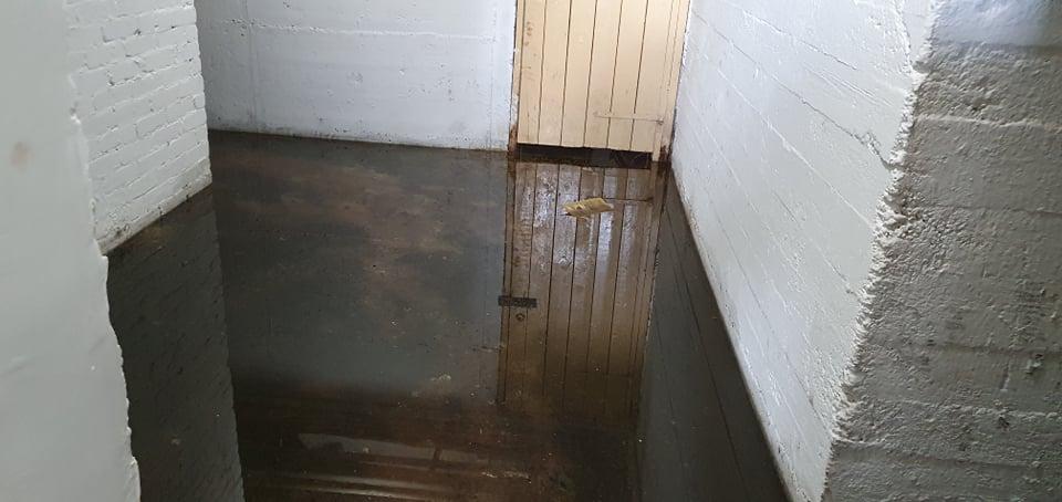 Miało nie zalewać, a zalewa. W niektórych piwnicach wciąż zalega woda  - Zdjęcie główne