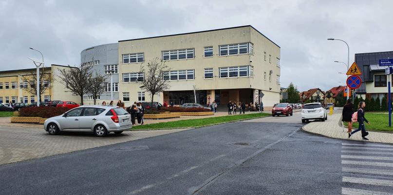 Ewakuacja kilku szkół w Płocku. Jest kolejny alarm bombowy - Zdjęcie główne