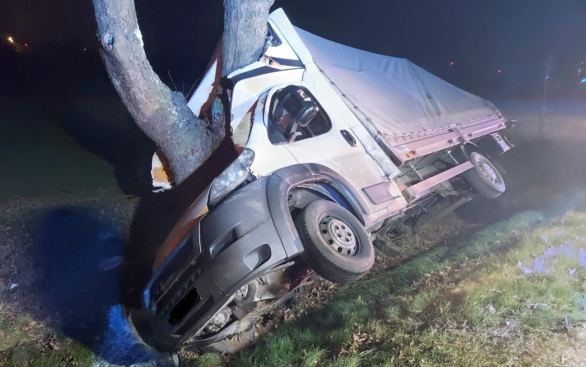 Groza na DK 10. Samochód wbił się w drzewo - Zdjęcie główne