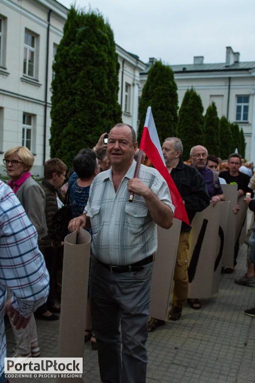 Pikieta przed płockimi sądami - Zdjęcie główne